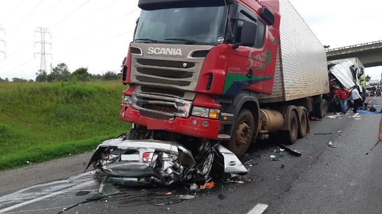 No Paraná | Acidente entre quatro caminhões e um carro mata cinco pessoas