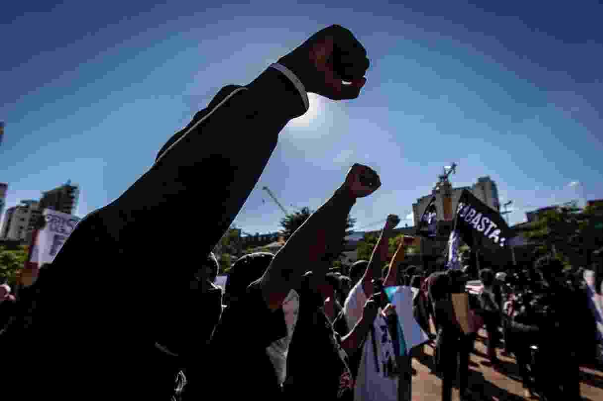 """SP - MANIFESTAÇÕES/PROTESTO/OPOSIÇÃO/BOLSONARO - POLÍTICA - Ato pró-democracia e contra o governo do presidente da República, Jair Bolsonaro       (sem partido), no Largo da Batata, no bairro de Pinheiros, na zona oeste de São       Paulo, neste domingo, 07. Após a decisão da Justiça estadual de proibir protesto       antagônicos na Avenida Paulista, neste domingo, 07, grupos pró- democracia       remarcaram seus atos para o Largo do Batata. O ato foi convocado por movimentos       negros, torcidas organizadas dos quatro grandes clubes de São Paulo e por       movimentos sociais integrantes da """"Frente Povo Sem Medo"""". Além de cartazes contra       Bolsonaro, a manifestação lembrou o assassinato de George Floyd, nos Estados       Uidos, dos meninos João Pedro, no Rio, e Miguel Otávio Santana da Silva, no       Recife. O ato também pediu que o Ministério da Saúde volta a divulgar com       transparência dos dados sobre o avanço da pandemia de coronavírus no País.     07/06/2020 - Foto: TABA BENEDICTO/ESTADÃO CONTEÚDO - TABA BENEDICTO/ESTADÃO CONTEÚDO"""