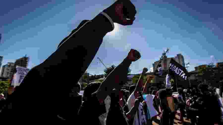 Punhos levantados em ato pró-democracia - TABA BENEDICTO/ESTADÃO CONTEÚDO
