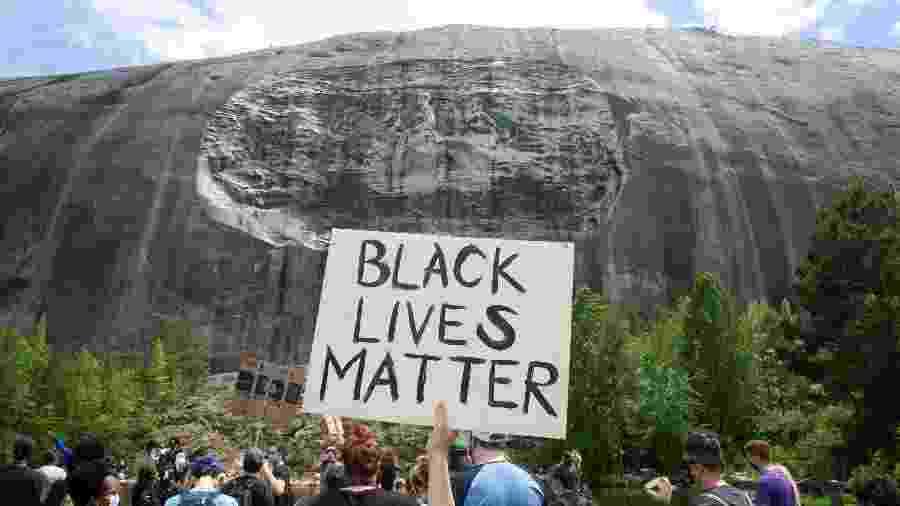 Manifestação antirracista diante de Stone Mountain, monumento confederado no estado da Geórgia, nos EUA - Jessica McGowan/Getty Images