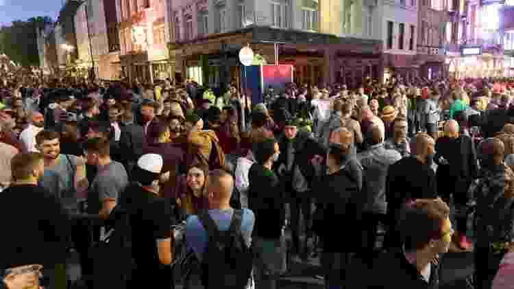Em Londres, o 'super sábado' foi marcado por aglomerações em vários cantos do bairro boêmio de Soho, em Londres, onde ruas foram fechadas para carros - EPA - EPA