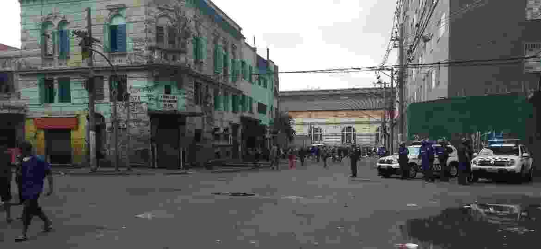 """Rua Helvétia, na altura da Praça Princesa Isabel; ao fundo, é possível ver parte do """"fluxo"""", a concentração de usuários de crack na região da Luz - Alex Tajra/ UOL"""
