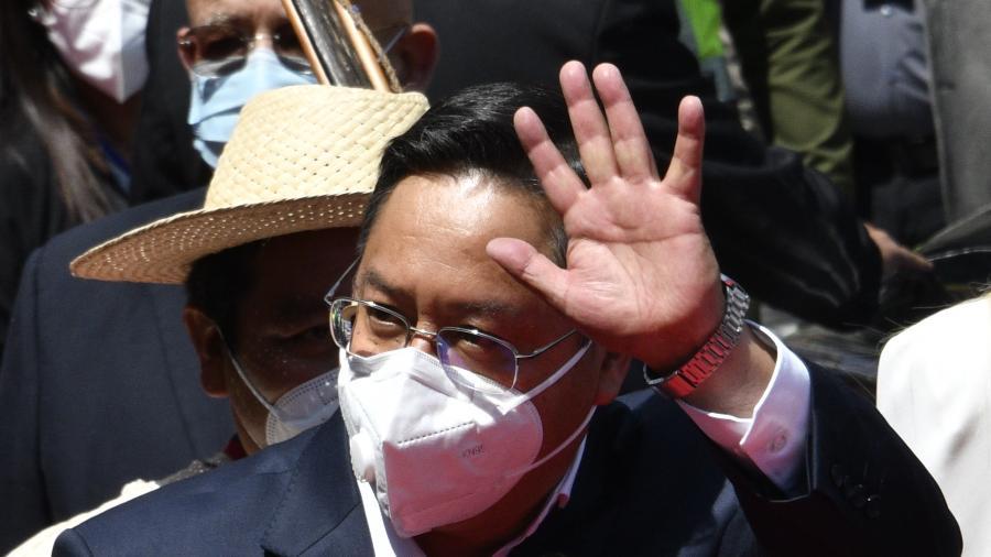 8.nov.2020 - Novo presidente da Bolívia, Luis Arce, acena na chegada para a cerimônia de posse - AIZAR RALDES / AFP