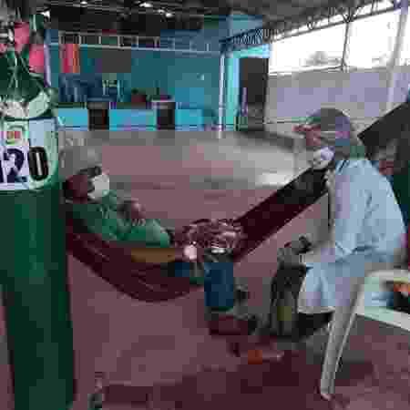 Anselmo Kokama recebe atendimento em hospital de campanha montado por indígeinas - Rosiene Carvalho/UOL - Rosiene Carvalho/UOL