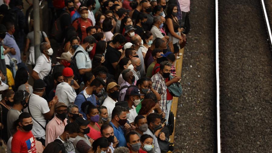 Aglomeração na estação da Luz, na CPTM, em São Paulo, no dia em que foi anunciado o retorno do estado à fase vermelha - Danilo M Yoshioka/Futura Press/Estadão Conteúdo
