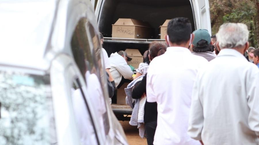 Caixões com corpos de vítimas da covid-19 chegam ao cemitério da Vila Formosa, em São Paulo - Jose Antonio de Moraes/Anadolu Agency via Getty Images