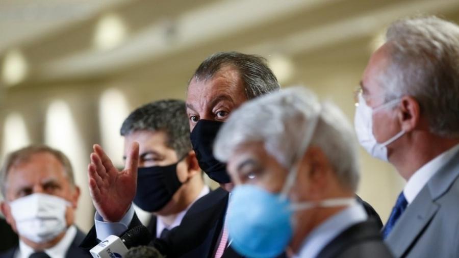 Omar Aziz fala no Senado, rodeado de colegas da CPI da Covid; ele faz parte do grupo oposicionista na comissão - Adriano Machado/Reuters