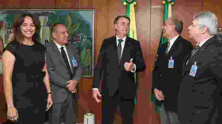 04.out.2019 - Presidente do CFM, Mauro Ribeiro (à direita), dá risada junto ao presidente Jair Bolsonaro em audiência  - Isac Nóbrega/PR - Isac Nóbrega/PR