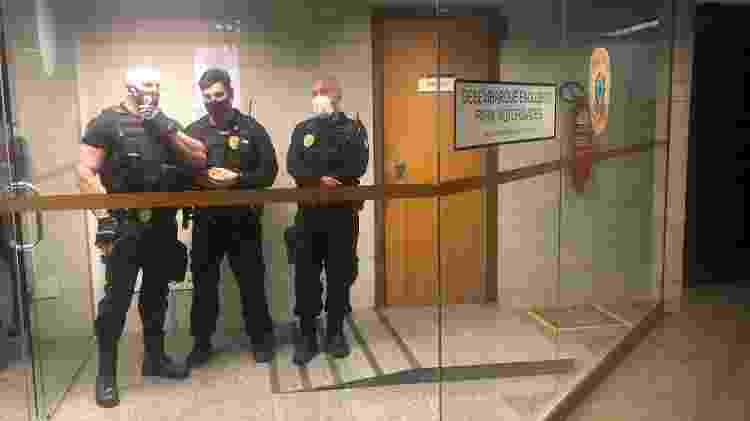 A entrada principal da delegacia legislativa; Dias saiu pela dos fundos, que dá direto na garagem - Paulo Sampaio - Paulo Sampaio