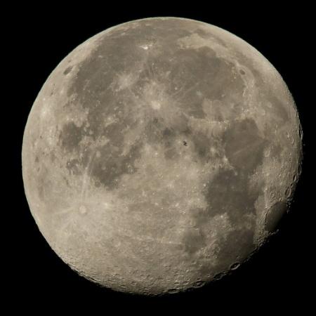 2.ago.2015 - PROCURE WALLY - A Nasa (Agência Espacial Norte-Americana) divulgou uma foto da lua em que a silhueta da Estação Espacial Internacional (ISS, na sigla em inglês) aparece no astro. Você consegue encontrá-la? - NASA
