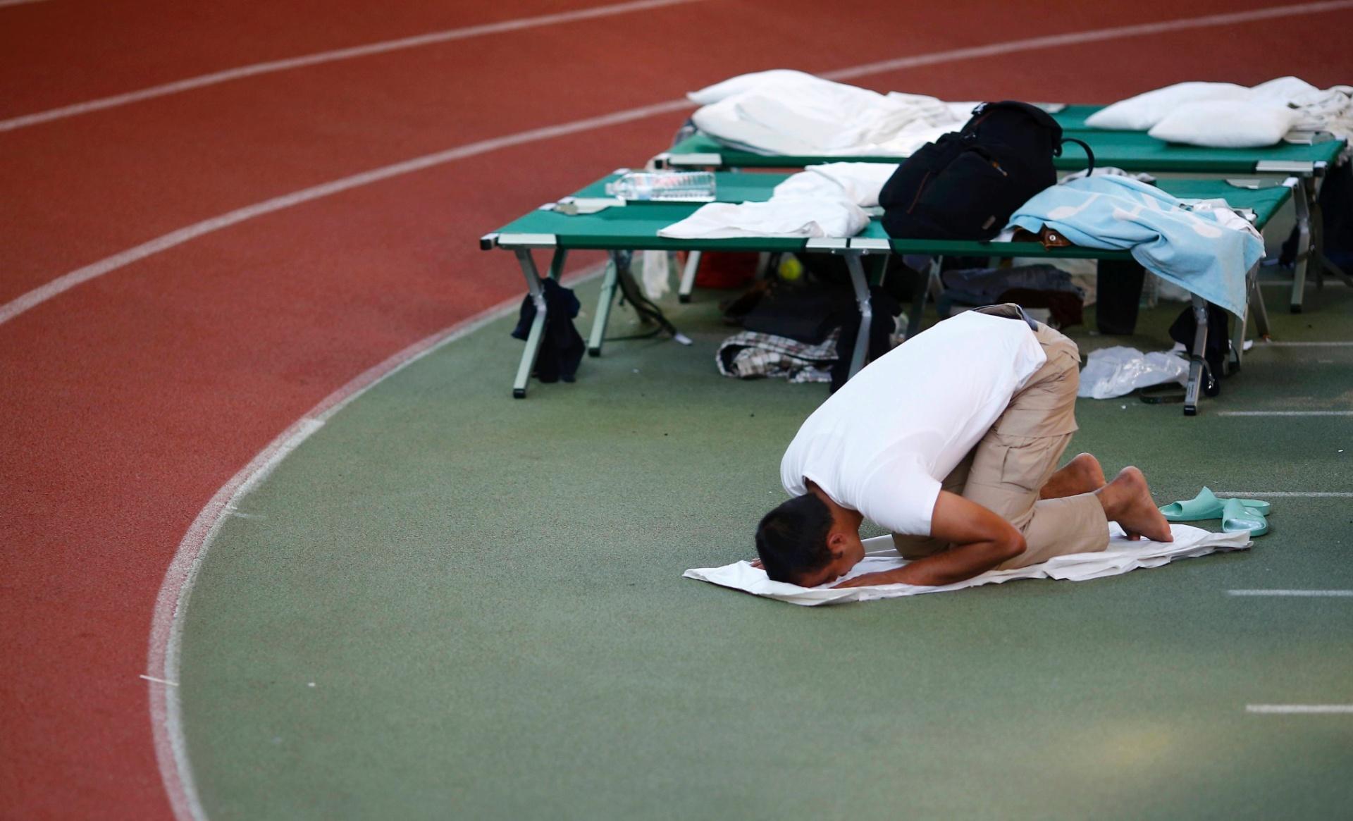 29.set.2015 - Imigrante reza em abrigo temporário dentro de estádio esportivo em Hanau, Alemanha, país com maior população muçulmana da Europa