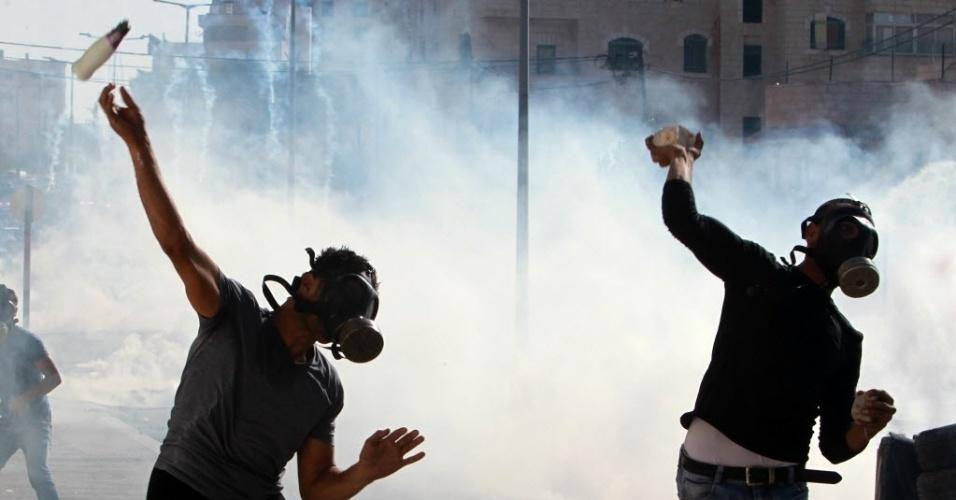 14.out.2015 - Manifestantes palestinos lançam objetos contra forças de segurança israelenses, em Belém, Israel. A região volta a ser palco de confrontos violentos entre palestinos e israelenses, o que aumentam os temores de uma terceira intifada, o conhecido levante palestino