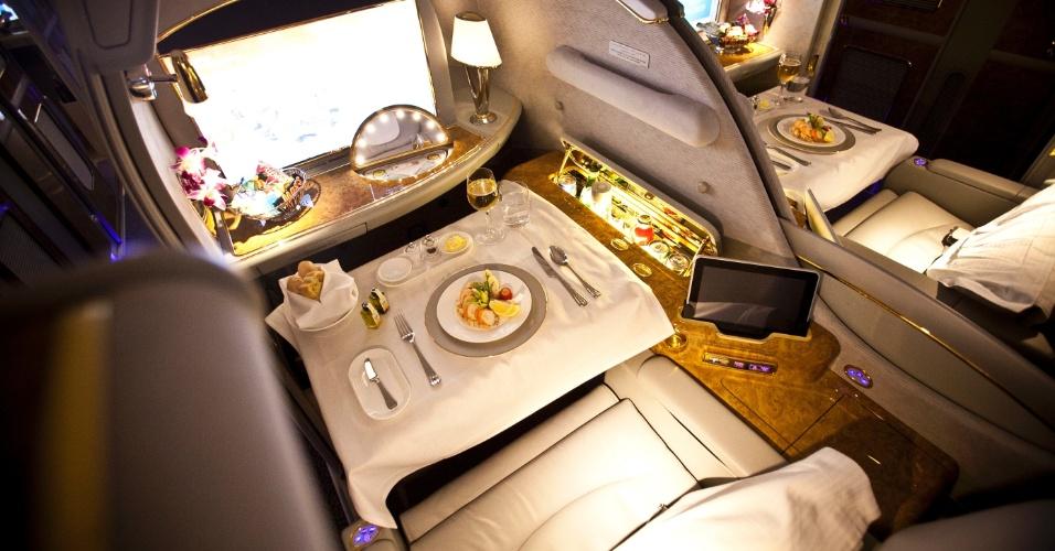 Os catorze assentos da primeira classe são chamados de suítes privativas. O passageiro pode ficar praticamente isolado em sua poltrona, levantando a divisória para o assento ao lado e fechando uma porta para o corredor.