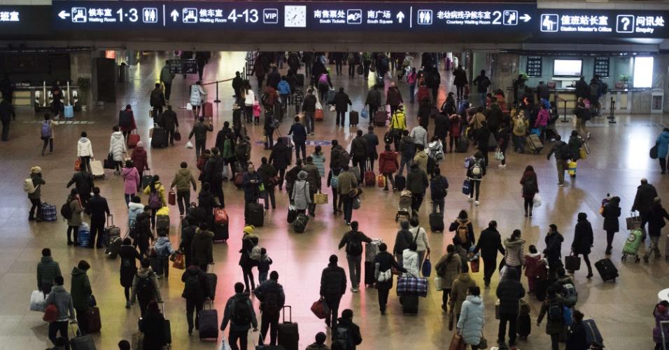 29.jan.2016 - Chineses correm para seus trens em estação de Pequim. A volta para casa nas comemorações do Ano-Novo chinês geram o maior fluxos de deslocamento humano do mundo, com 2,9 viagens segundo autoridades chinesas.