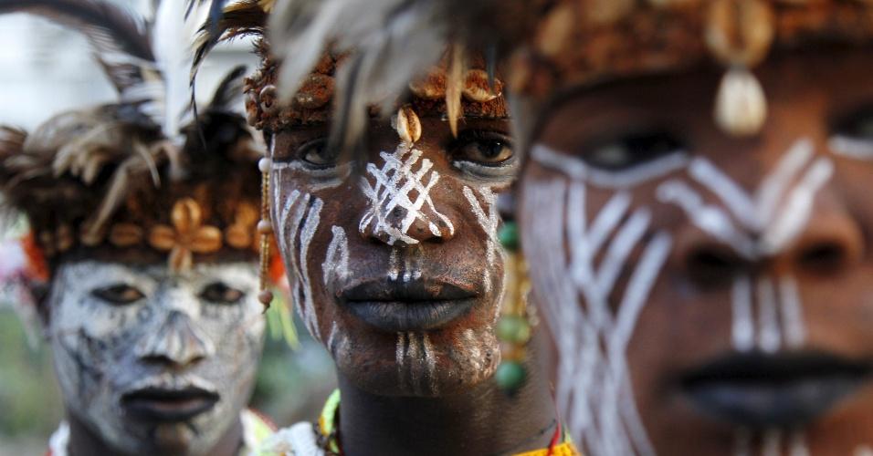 """10.mar.2016 - Membros do grupo """"homens pantera"""" da vila Liabo, um grupo de dança tradicional da Costa do Marfim, posam para foto enquanto se preparam para se apresentar em um palácio cultural, em Abidjan"""