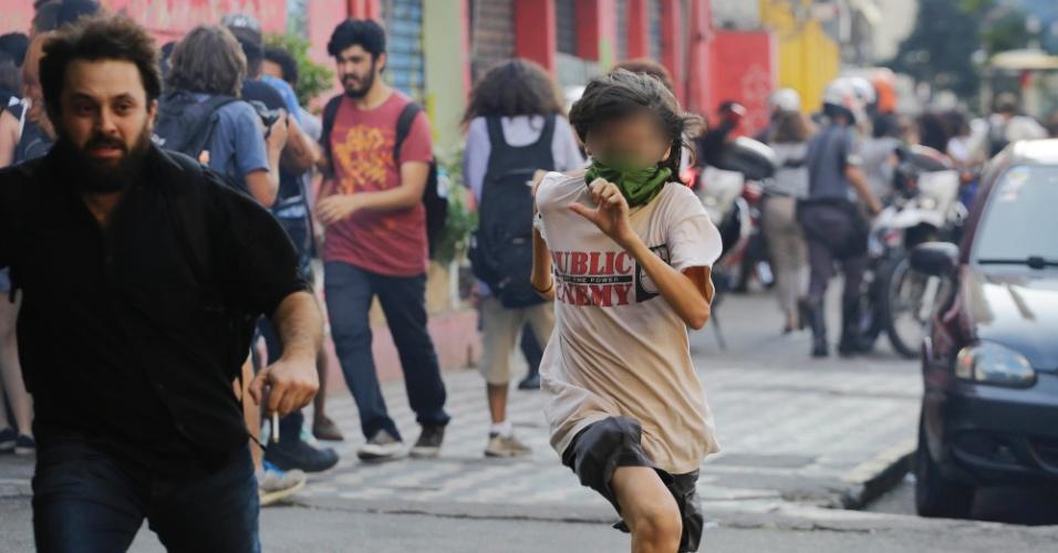 6.abr.2016 - Policiais Militares entram em confronto com estudantes da rede estadual de ensino na avenida Rio Branco, centro de São Paulo, em protesto contra a máfia da merenda, o governo Geraldo Alckmin e por mais salas de aula durante a tarde desta quarta feira
