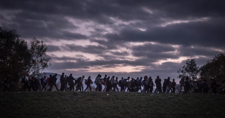 """19.abr.2016 - Escoltados pela polícia, imigrantes caminham para se registrarem em um acampamento de Dobova, Eslovênia. Mauricio Lima, Sergey Ponomarev, Tyler Hicks e Daniel Etter do jornal """"The New York Times"""" ganharam o Prêmio Pulitzer com uma série de fotos sobre refugiados na Europa"""