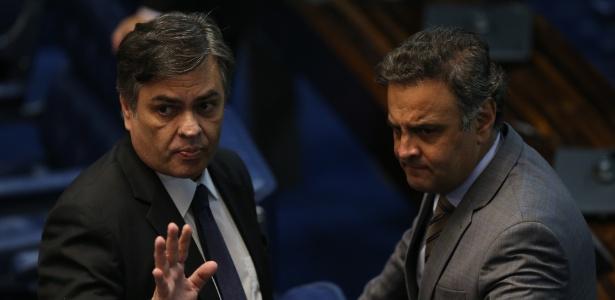 Cunha Lima (e) diverge do aliado Aécio (d) e defende a saída do PSDB do governo Temer - Alan Marques/Folhapress