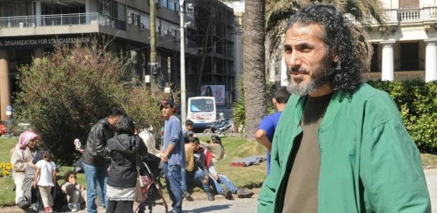 Nesta foto de 8 de setembro de 2015, o sírio Jihad Ahmad Diyab é visto em praça de Montevidéu, Uruguai