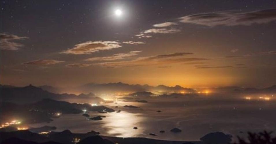 1º.ago.2016 - A Lua ilumina o céu noturno da baía de Paraty, no Brasil, nesta foto de Rafael Defavari