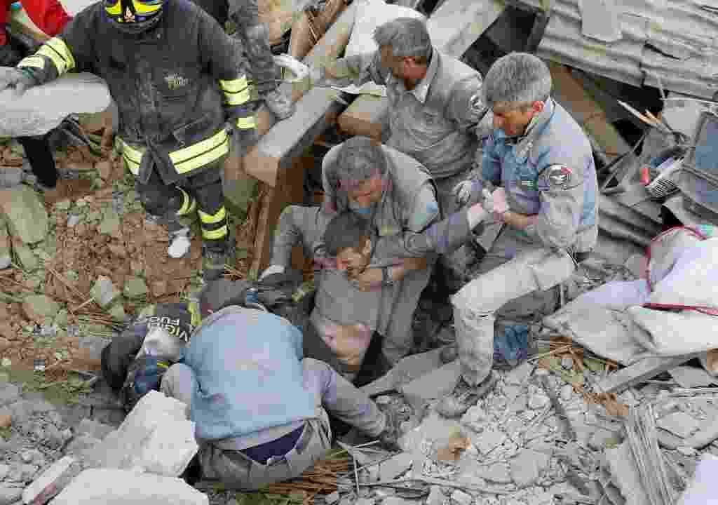 24.ago.2016 - Homem é resgatado com vida de prédio destruído em Amatrice, na Itália - Remo Casilli/Reuters