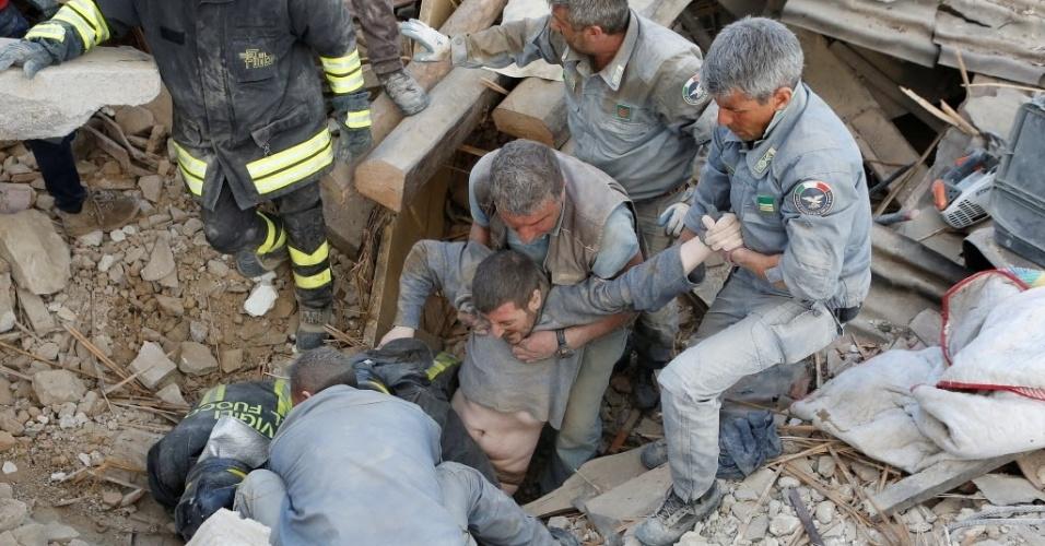 24.ago.2016 - Homem é resgatado com vida de prédio destruído em Amatrice, na Itália