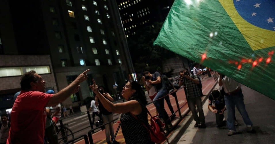 30.ago.2016 - Manifestantes pró e contra o impeachment da presidente afastada, Dilma Rousseff, discutem na avenida Paulista, região central de São Paulo