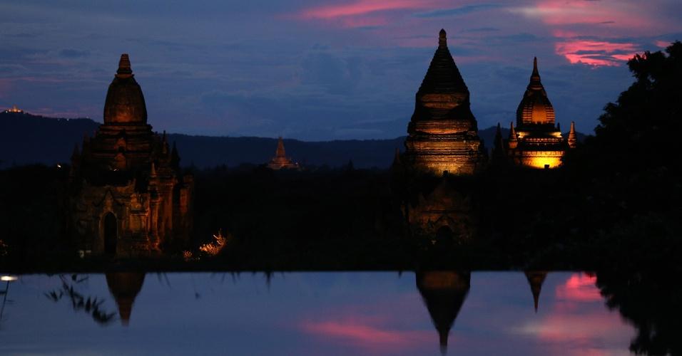 22.set.2016 - Pagodes na antiga cidade de Bagan são vistos durante o pôr do sol, em Mianmar