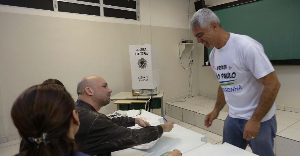 2.out.2016 - Candidato do Solidariedade à Prefeitura de São Paulo, Major Olimpio, chega para votar na zona norte da cidade, na manhã deste domingo