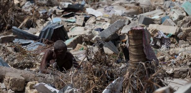 Haitiano é flagrado entre escombros em Port Salud