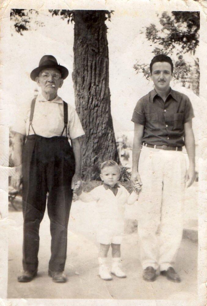 No centro, o pequeno Marcelo Crivella é ladeado pelo avô e pelo pai