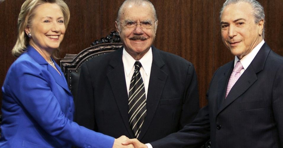 3.mar.2010 - A secretária de Estado Hillary Clinton cumprimenta o presidente da Câmara, Michel Temer, acompanhado do presidente do Senado, José Sarney