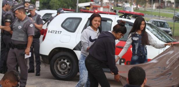 Estudantes da Escola Elvira de Pardo Meo Muraro protestam em Campinas, interior de São Paulo, na manhã desta sexta-feira (04)