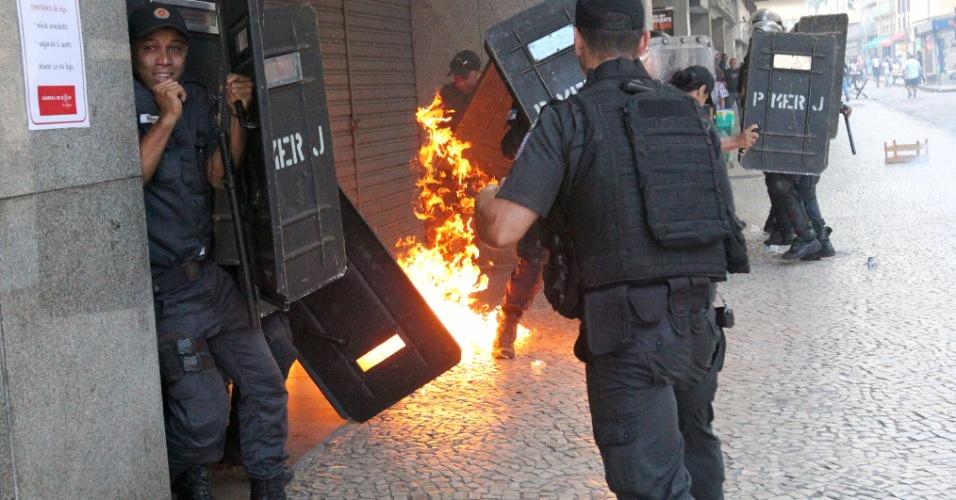 9.fev.2017 - Policiais militares tentam se proteger de coquetel molotov lançado contra eles por manifestantes durante protesto de servidores do Rio de Janeiro no entorno da Assembleia Legislativa do Rio de Janeiro (Alerj)