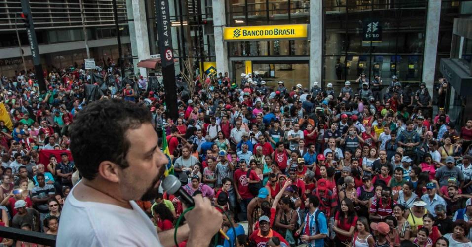 15.fev.2017 - Guilherme Boulos, coordenador do MTST (Movimento dos Trabalhadores Sem-Teto) faz discurso para os participantes da manifestação em frente ao escritório da Presidência da República na Avenida Paulista em São Paulo