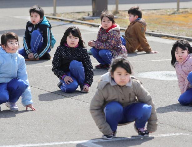 Alunos do ensino elementar participam de simulação na cidade japonesa de Oga