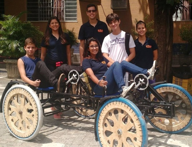 A equipe Spacetroopers e o rover (equipamento de locomoção) que criaram para participar de competição da Nasa nos EUA - Isabela Bastos