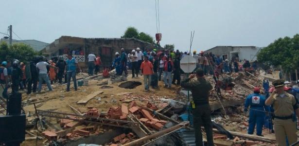Equipes de resgate atuam após um prédio desabar em Cartagena das Índias