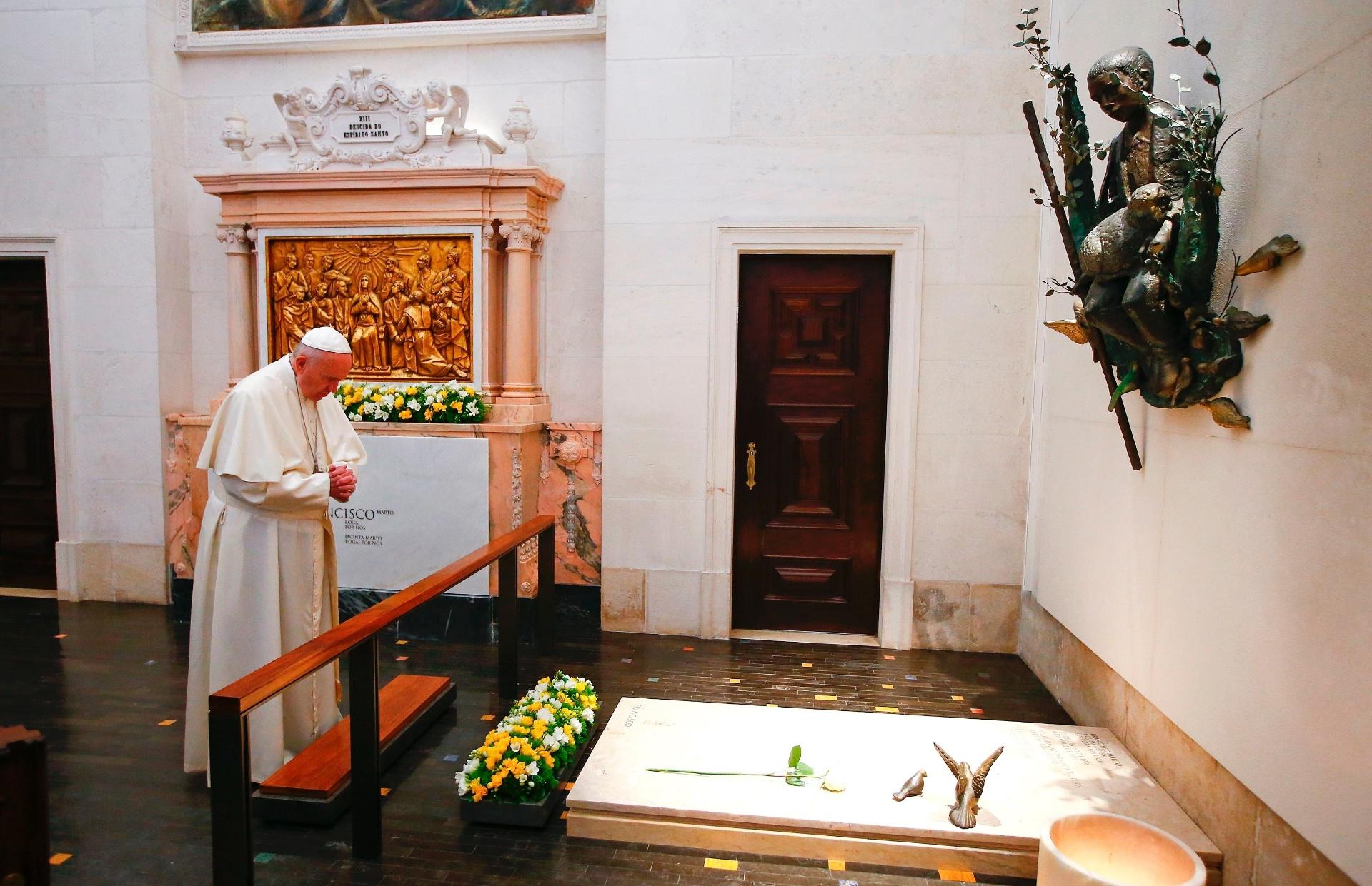 13.mai.2017 - Papa Francisco reza no túmulo de Jacinta e Francisco Marto no Santuário de Nossa Senhora de Fátima, em Portugal. Os irmão foram declarados santos neste sábado
