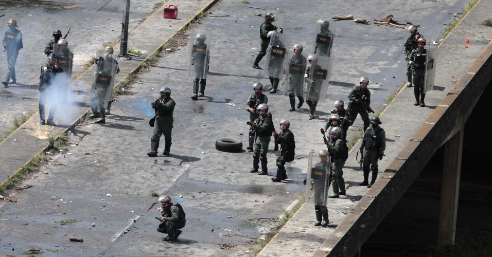 30.jul.2017 - Membros das forças de segurança enfrentam manifestantes