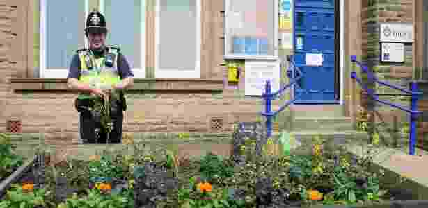 Na frente da delegacia, uma horta. Espaços 'sujos e feios' são escolhidos para plantio  - Reprodução/Facebook/Incredible Edible Todmorden  - Reprodução/Facebook/Incredible Edible Todmorden