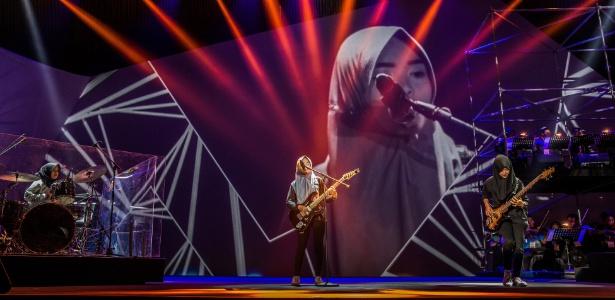 A banda Voice of Baceprot fazem a passagem de som antes de seu show em Jacarta, Indonésia