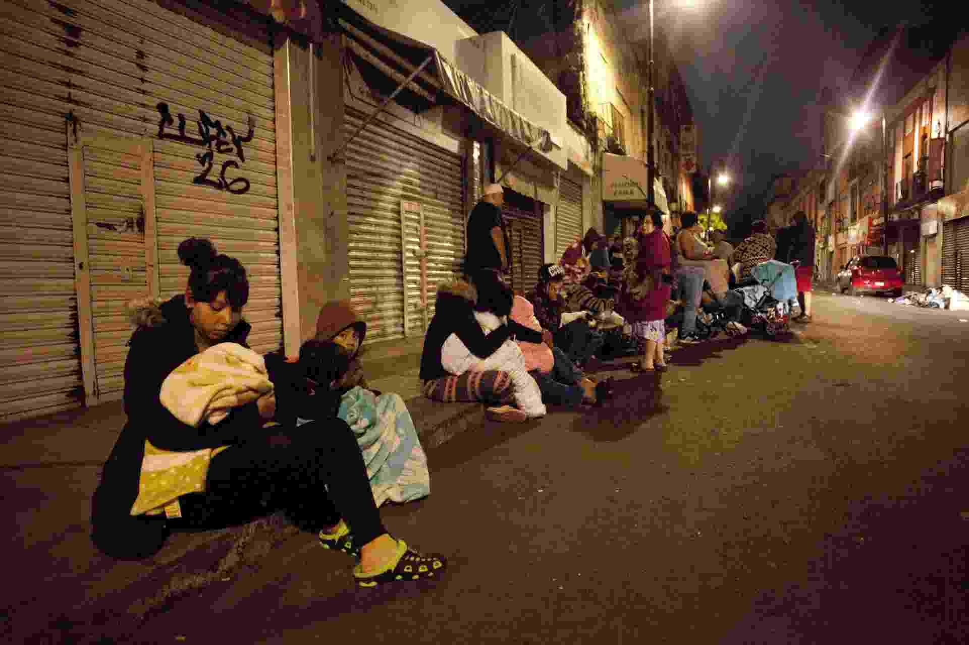 8.set.2017 - Pessoas se aglomeram em ruas durantes terremoto no centro da Cidade do México - Pedro Pardo/AFP