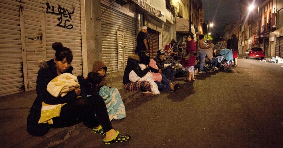 8.set.2017 - Pessoas se aglomeram em ruas durantes terremoto no centro da Cidade do México