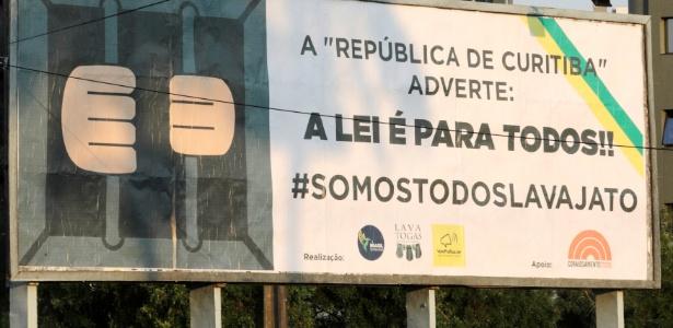 Banner em Curitiba presta apoio à Operação Lava Jato: já foram recuperados mais de R$ 10 bilhões desviados com corrupção (12.set.2017)