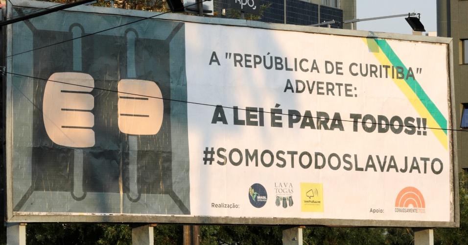 12.set.2017 - Banner em Curitiba (PR) presta apoio à operação Lava Jato, da Polícia Federal; no mês de julho, Moro sentenciou Lula a nove anos e seis meses de prisão por corrupção passiva e lavagem de dinheiro