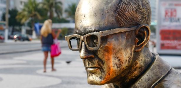 5.dez.2017 - A estátua do poeta Carlos Drummond de Andrade, localizada na praia de Copacabana, Rio de Janeiro, recebeu novos óculos