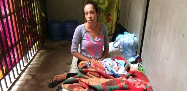 Jéssica Monteiro com o filho recém-nascido na carceragem