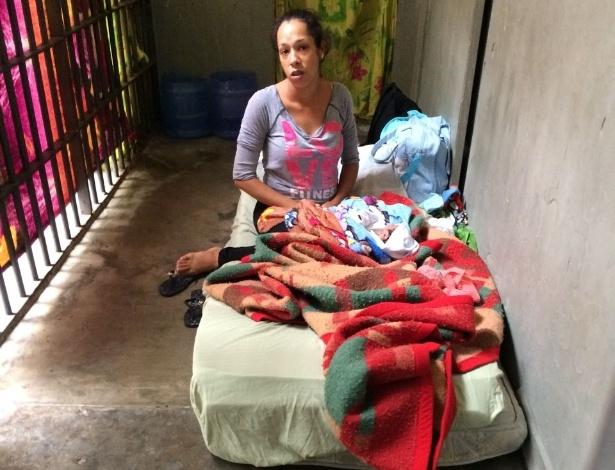 Jéssica Monteiro, 24, com o filho recém-nascido, na carceragem do 8ºDP em SP - Condepe/Divulgação