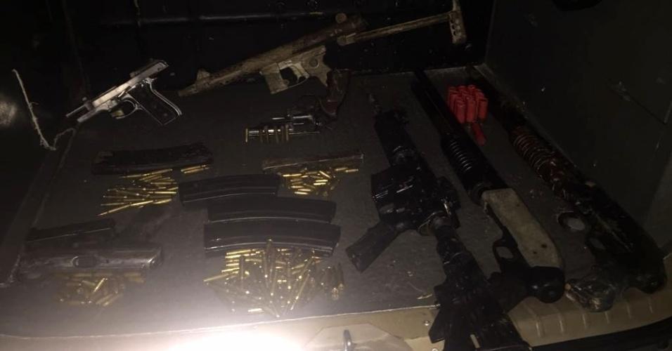 1º.mar.2018 - Armas e munições foram apreendidas, além de bananas de dinamite, pela polícia após operação policial que resultou na morte de sete suspeitos de integrar quadrilha especializada em roubo a banco, em Campinas (SP)